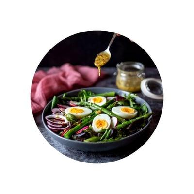 Chřestový salát s vejci a medovo-hořčičnou zálivkou