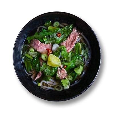 Phở bò - polévka s hovězím masem a rýžovými nudlemi