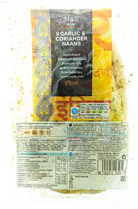 Marks & Spencer Naan pšeničné placky s příchutí česneku posypaný sušeným koriandrem 2ks