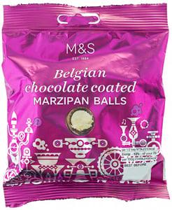 Marks & Spencer Marcipánové kuličky s vrstvou belgické hořké čokolády máčené v belgické mléčné čokoládě