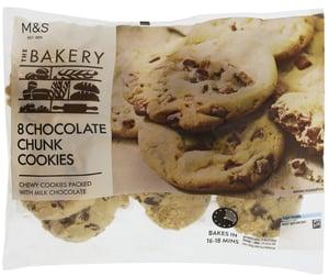 Marks & Spencer Sušenky s kousky mléčné čokolády na dopečení (8ks),