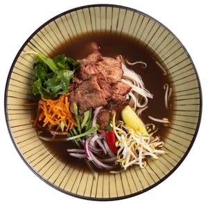 Vietnamská Pho Bo polévka s rýžovými nudlemi z Café Buddha