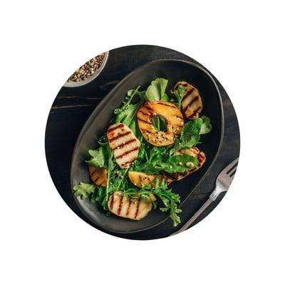 Salát s grilovaným sýrem halloumi a broskví