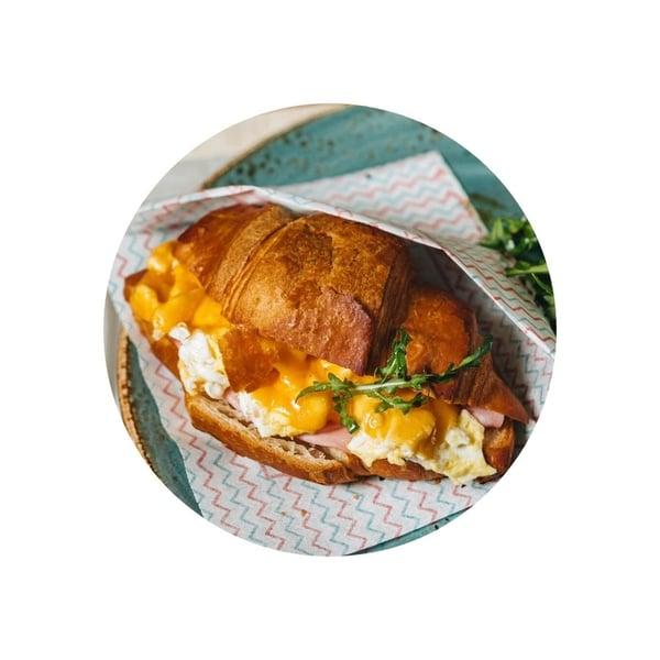 Croissant plněný krémovými míchanými vajíčky a šunkou