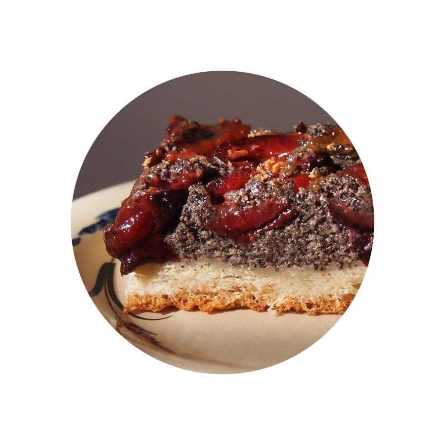 Kynutý koláč se švestkami a mákem