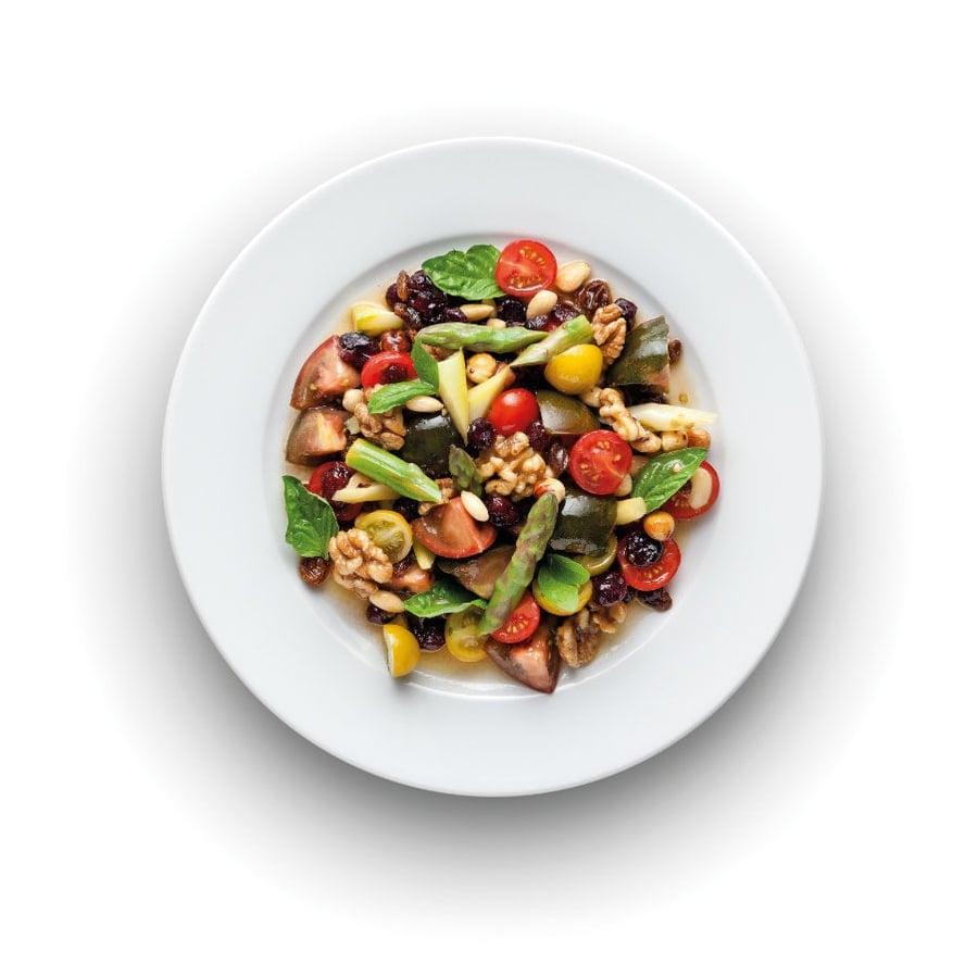 Salát z chřestu, rajčat a ořechů